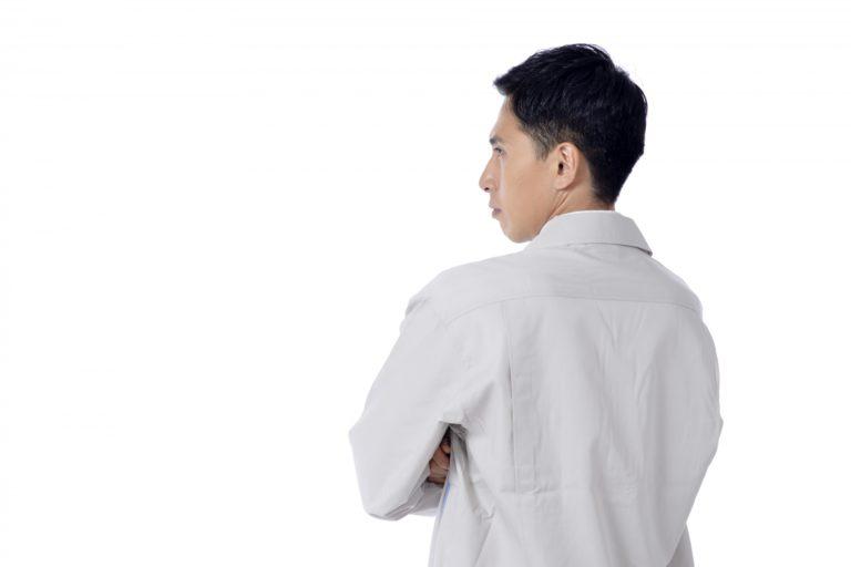 作業服で腕組する中年男性