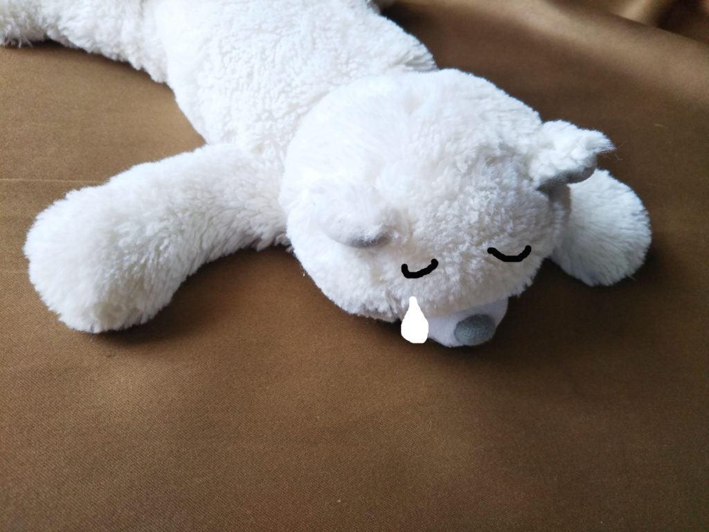 グッタリするクマのぬいぐるみ