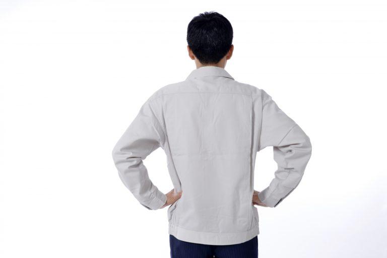 上着だけ作業服の男性