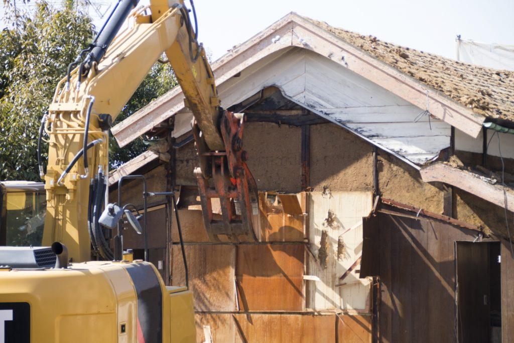 住宅を重機で解体する様子