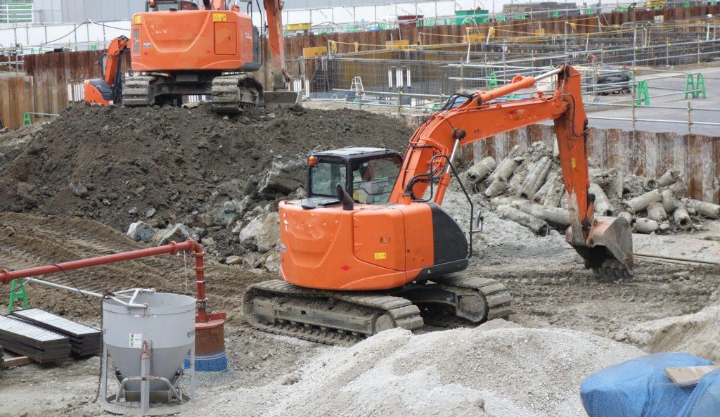建築現場の重機作業の様子