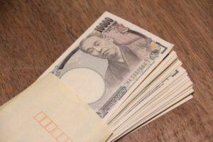 給与袋と1万円札