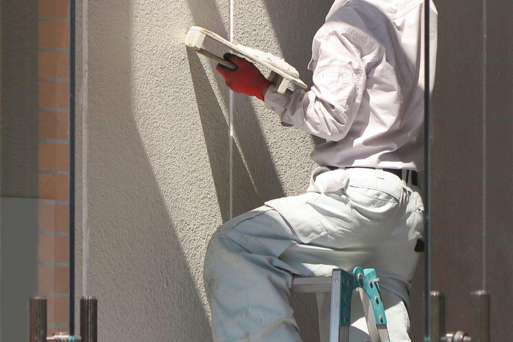 壁を塗る職人