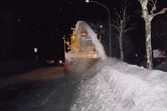 ロータリーで道路脇に堆積した雪を飛ばしている風景