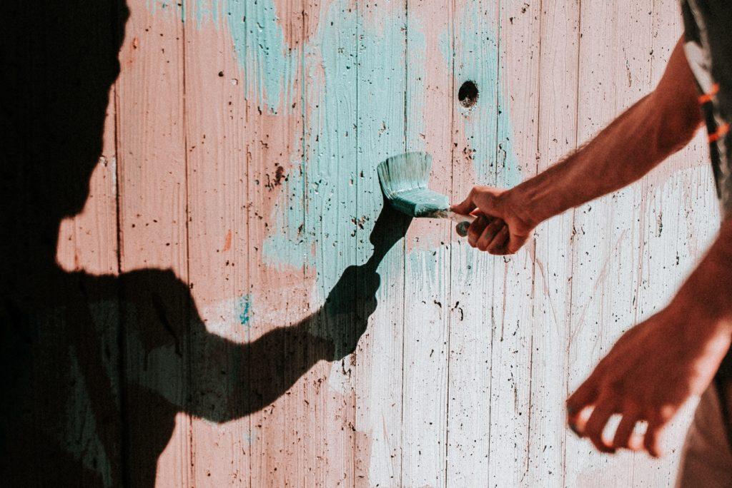 木の壁を塗っている様子