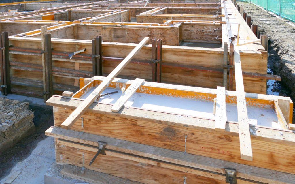 住宅の基礎、型枠大工の仕事の様子
