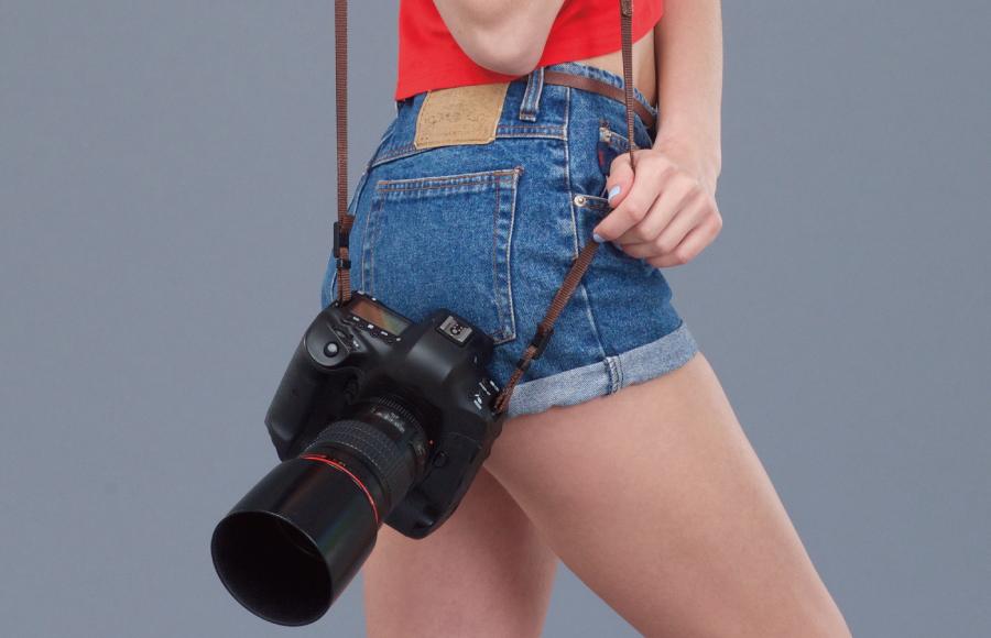 カメラを肩から下げた女性
