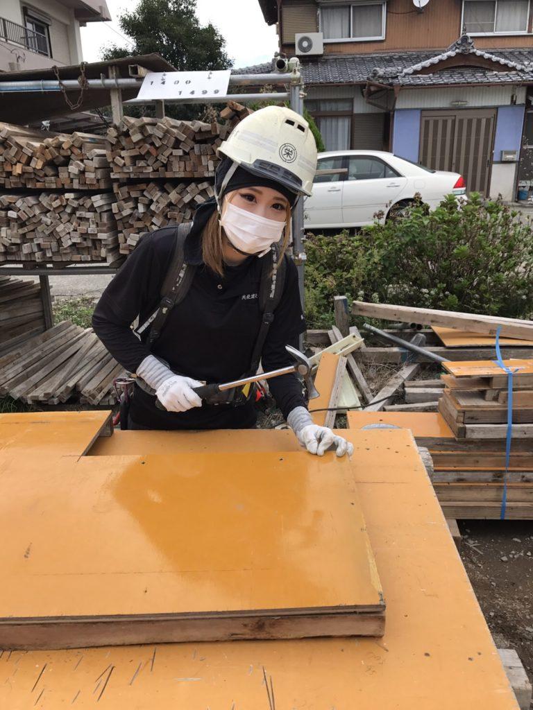 型枠大工の現場で働く女性