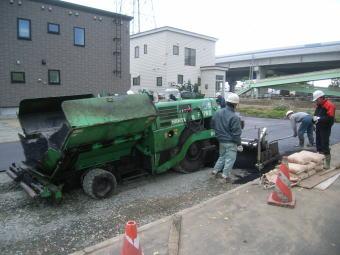 駐車場のアスファルト舗装工事の作業の様子