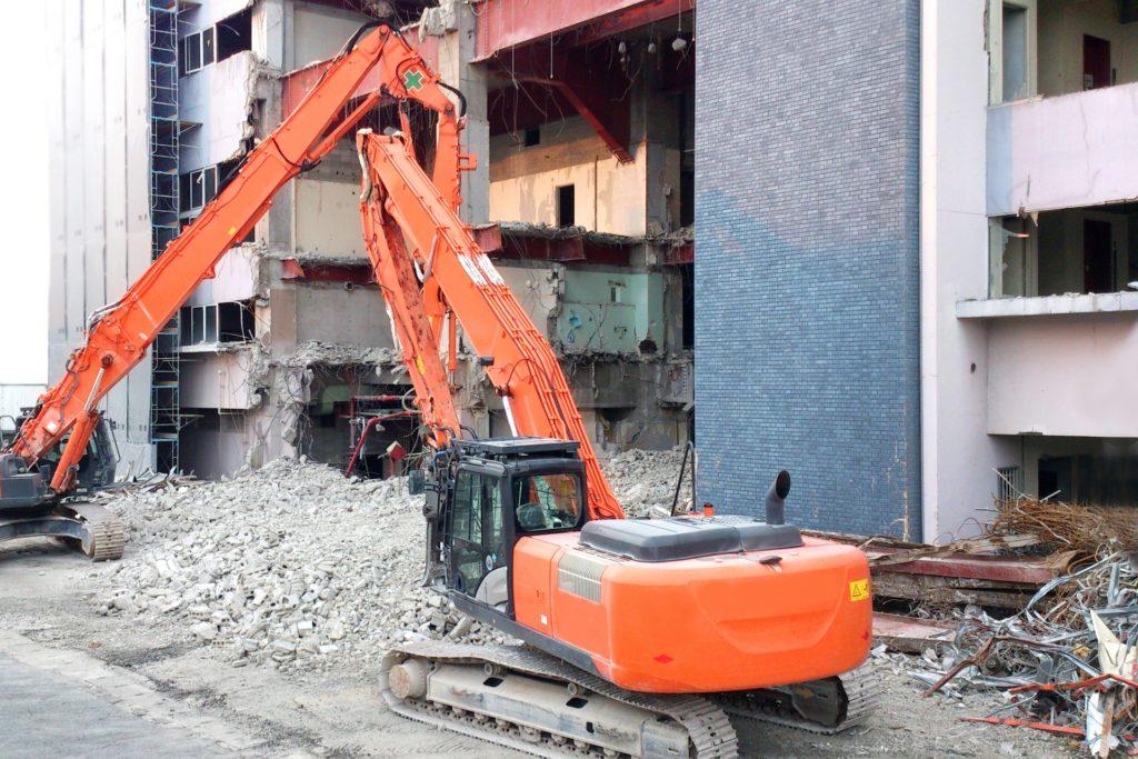 建設現場の重機作業の様子