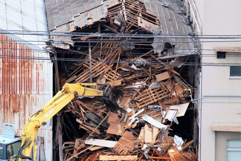 解体現場の重機作業の様子