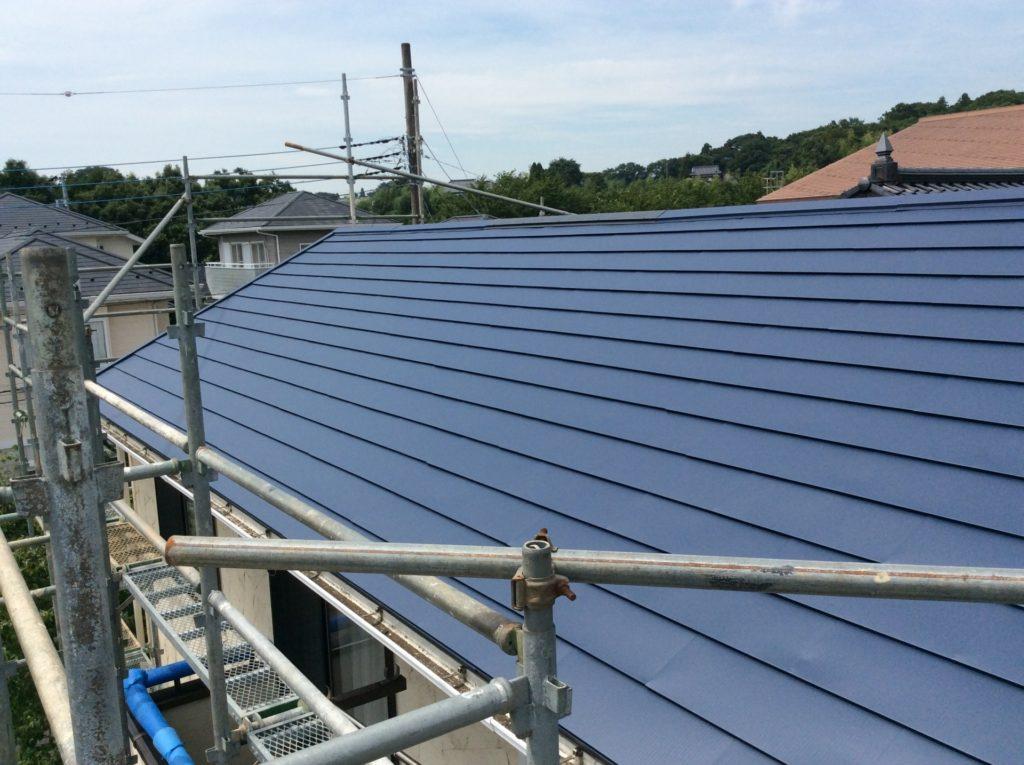 工事中の一般住宅のトタン屋根