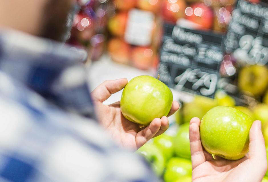 2つのリンゴを見比べる様子