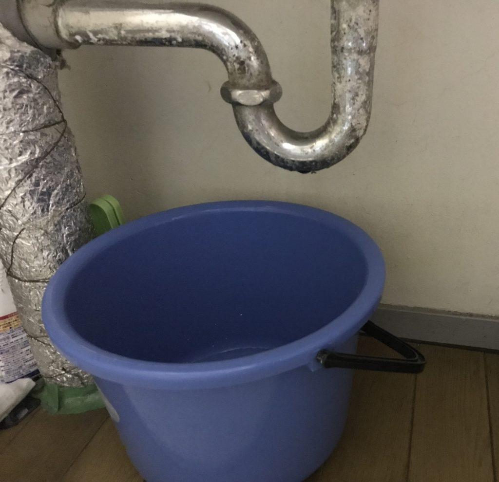 排水管の水漏れとバケツ