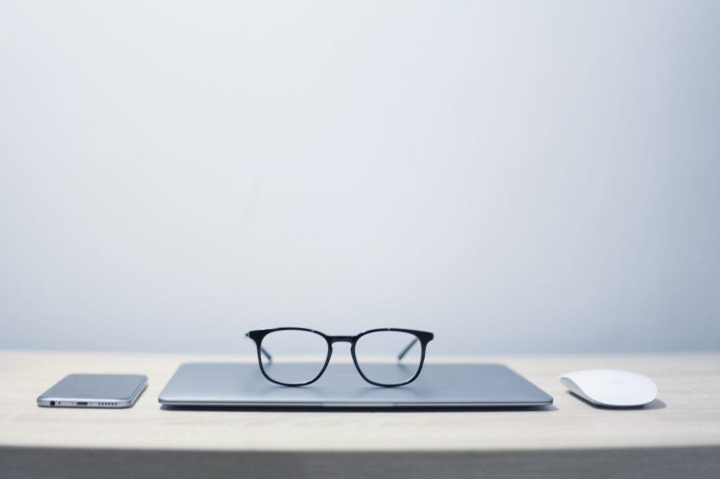 ノートパソコンと黒縁眼鏡