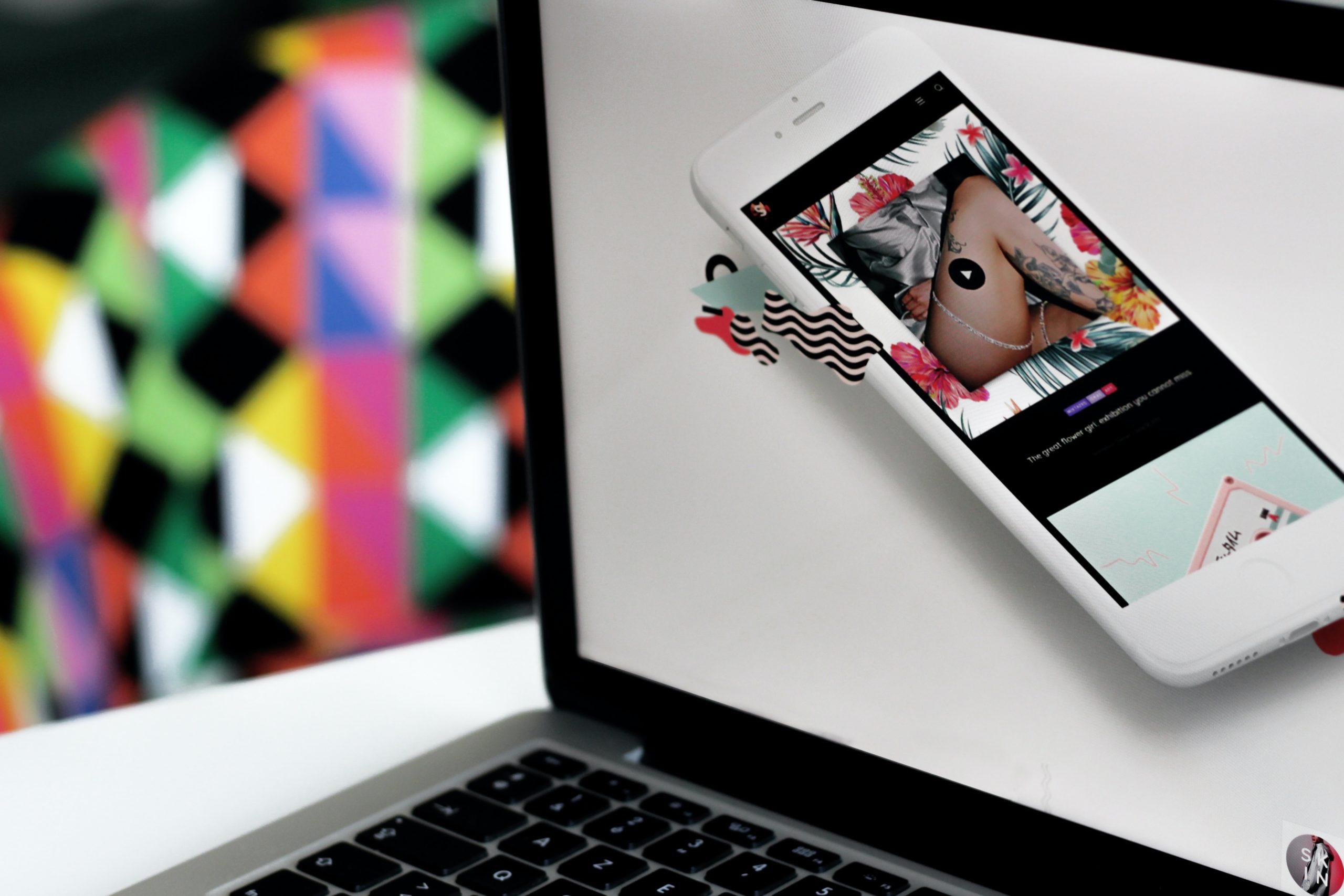 ノートパソコンの画面に移るスマホ
