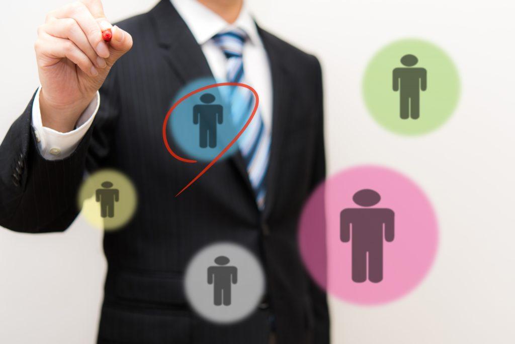 複数の選択肢から選ぶビジネスマン
