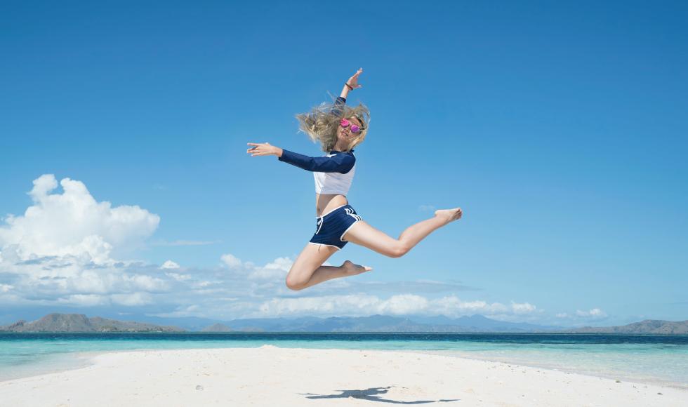 砂浜でジャンプしている女性