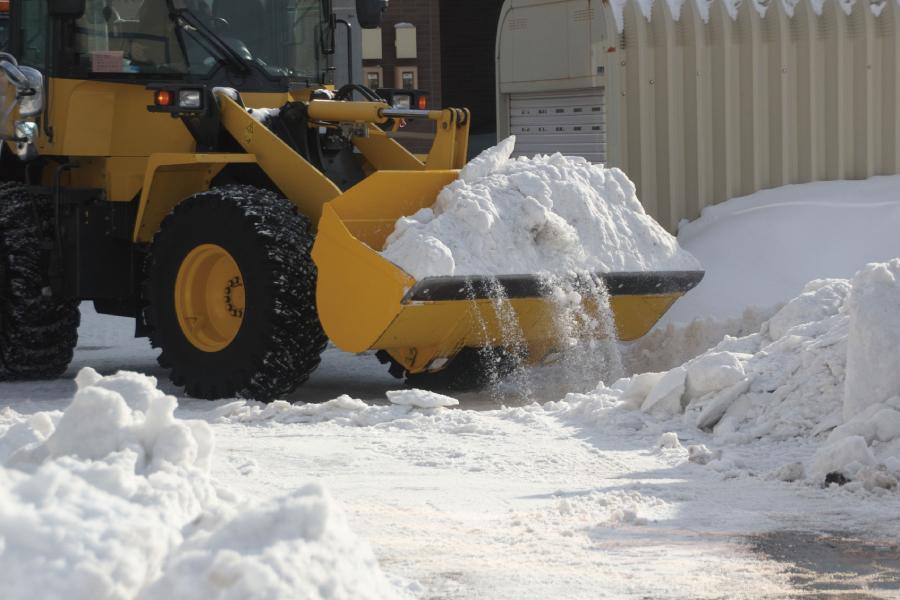 ショベルで雪をすくっている作業中の写真