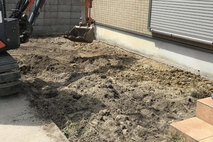 ユンボで庭を掘削する様子