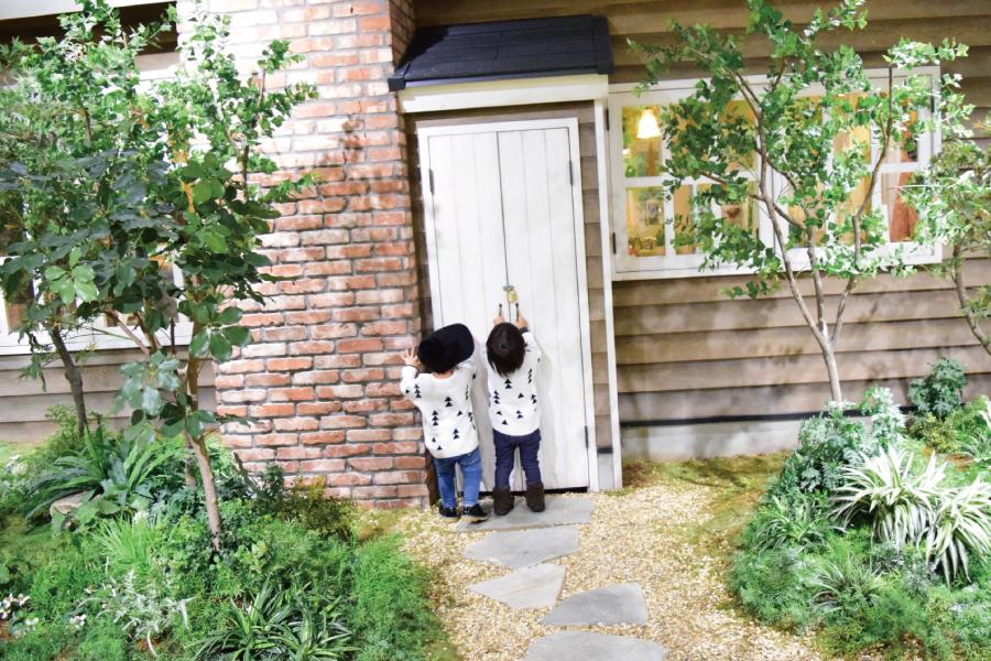 裏庭の勝手口に手をかける子供