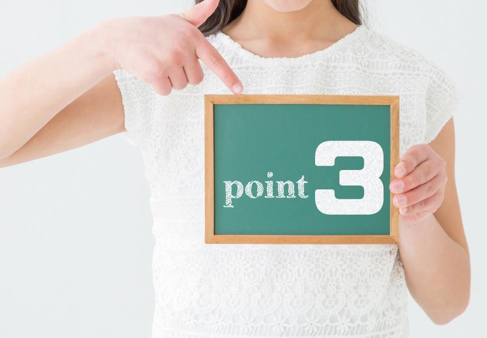 小さな黒板に書かれた「point3」を指で示す女性