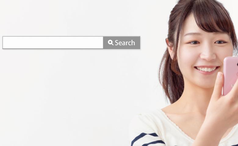 searchボックス(スマホ検索する女性)