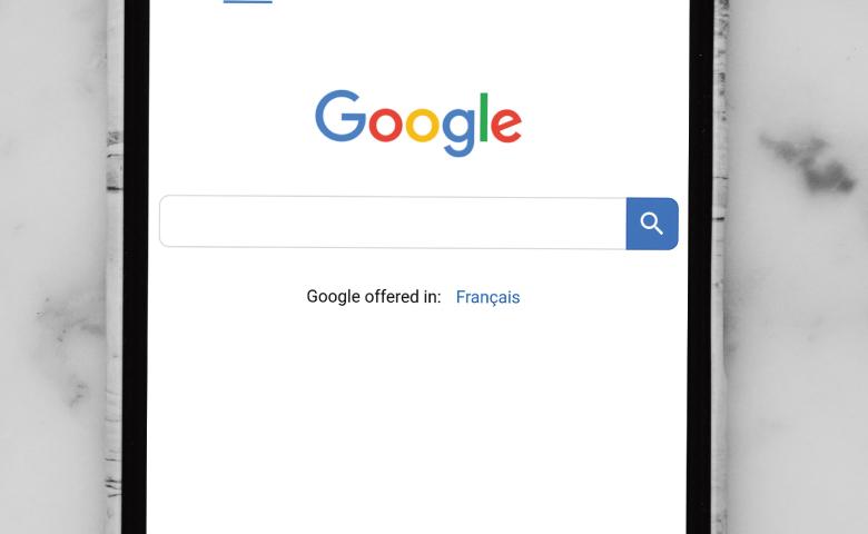スマートフォンに表示されるGoogle検索画面