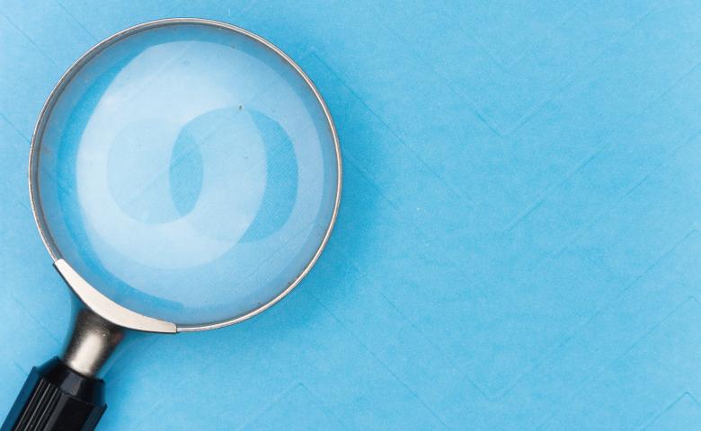 ブルーの壁と虫眼鏡
