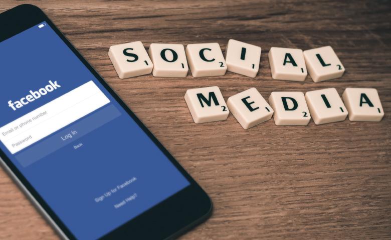 Facebookのログイン画面が表示されているスマホ(ソーシャルメディア)