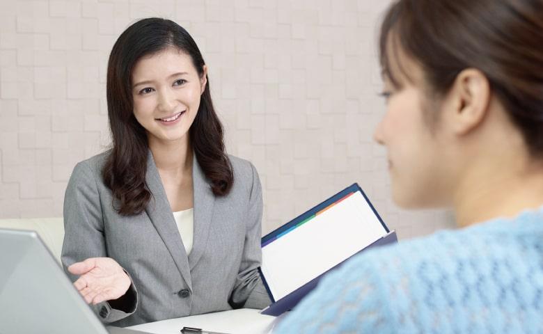 お客様と商談する営業マンの女性