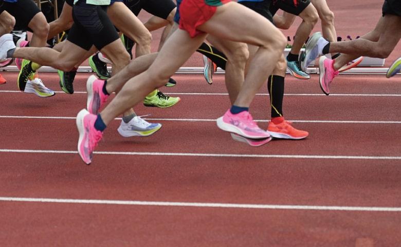 競技場で走っているアスリート(イメージ)