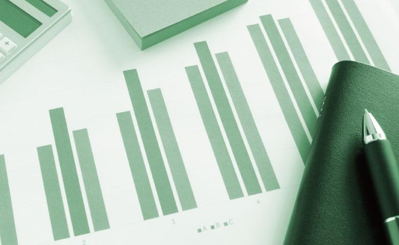 手帳とボールペンと、緑の棒グラフ